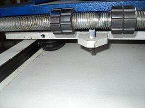 Сверлильно-пазовальный станок LBM 200, ход шпинделя в продольном и поперечном направлении регулируется с помощью упоров