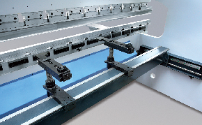 Гидравлические листогибочные пресса SMD. Серия WEH, перемещение по осям: по оси x 500 мм. упор имеет два упорных блока, регулируемых по высоте и расстоянию между ними;