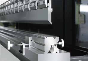 Гидравлические листогибочные пресса SMD. Серия WEH, пресс комплектуется набором гибочного инструмента с системой крепления amada-promecam (прямой пуансон, многоручьевая матрица), оснащен комплектом механических зажимов;
