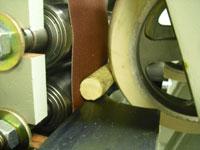 Круглошлифовальный двухленточный станок FS-80B2, надежный прижим заготовки к ленте обеспечивают обрезиненные валы