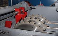 расклинивающие ножи на выходе из станка препятствуют зажиму пил в процессе работы станка для кромления горбыля ДКО-55М