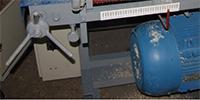 регулировку пилы  осуществляет оператор специальным механизмом в виде револьверной головки с градацией станок для кромления горбыля ДКО-55М